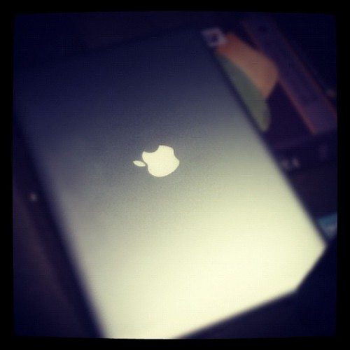 Got my baby back!! #mac #apple #soshiny #likenew (at Apple Store)