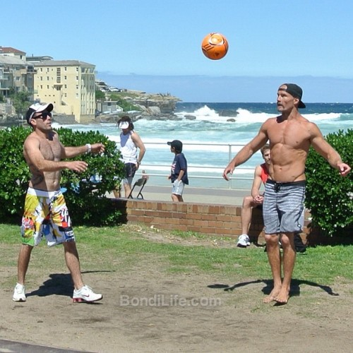 Kev playing ball #BondiBeachBarBrutes #seeaustralia #seesydney #bondibeach #Bondi #nsw #australia #beach #fitness #marcusbondi #barstarzz #northbondi #bbbb (at Bondi Beach Outdoor Gym) Visit Bondi Life on Facebook | The Bondi Life Blog | Twitter | Google+ | Instagram | Pinterest