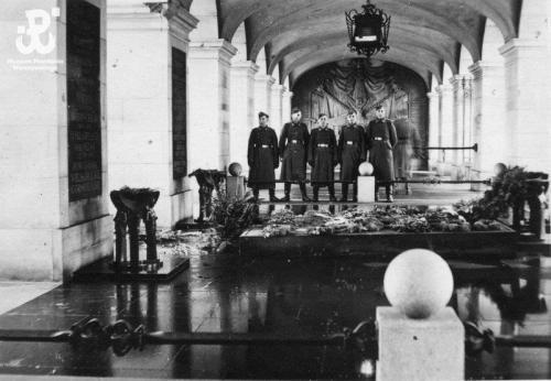 German soldiers at the Tomb of the Unknown Soldier under the colonnade of the Saxon Palace on Pilsudski Square (then renamed Adolf Hitler Platz), Warsaw, 1941.