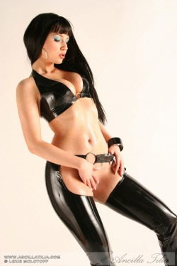 sealpond:  sealpond.net #41344 [latex,ancilla tilia,nude] - click for highres