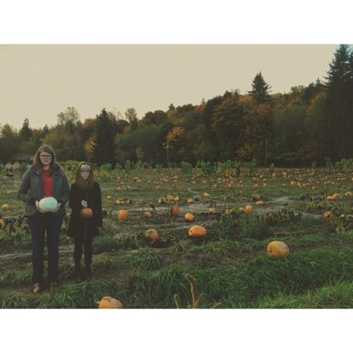 shneevon:  @stephanieberbec and @melwalbridge picking out their pumpkins for tonight's pumpkin carving at @theboobdeuce and @ikebubna #bffsdoingbffthings