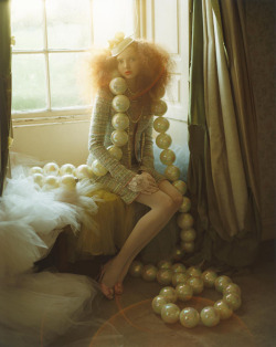 suicideblonde:  Lily Cole photographed by Tim Walker in 2004  Nilenna: I'm not the biggest fan of Lily Cole, but I really love the artwork by Tim Walker. And I really really love the oversized pearls! <3 ^^
