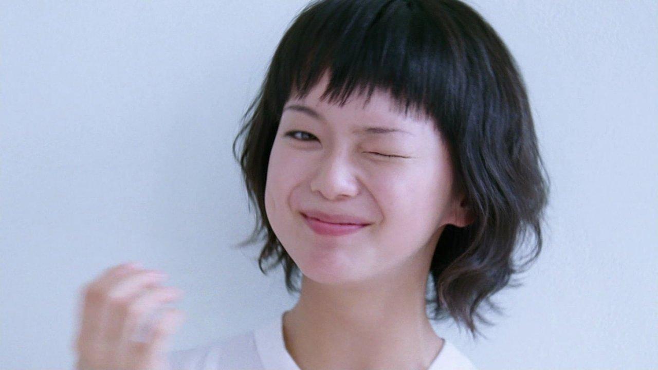 ウィンクをして笑っているショートヘアの多部未華子の画像