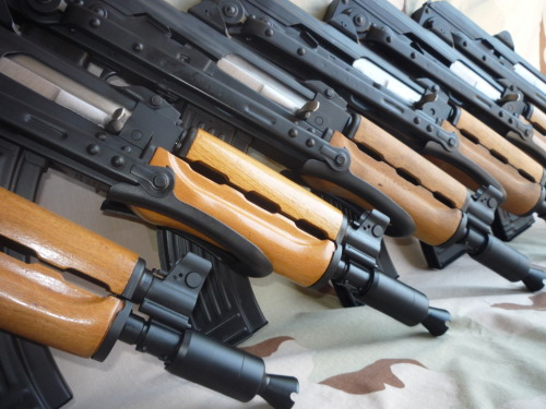 Zastava M92 A nice batch of freshly built M92's, an SBR (Short Barreled Rifle). You can find them in the regular 7.62x39mm or in 5.56x45mm. Note the notch cut into the safety, meant lock and hold the bolt back.