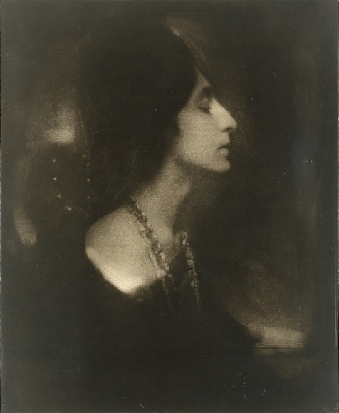 cavetocanvas:  Edward Steichen, Mercedes de Cordoba (Profile), 1904 From the Metropolitan Museum of Art:  The striking features of Mercedes de Cordoba—a tall, slender Spanish mezzosoprano who danced and played the piano—inspired several portraits by Steichen and other members of the Photo-Secession. In Paris, Steichen introduced her to the American modernist painter Arthur B. Carles, whom she married in 1909 and with whom she had a daughter, Mercedes Matter, an abstract painter who founded the New York Studio School in Greenwich Village.