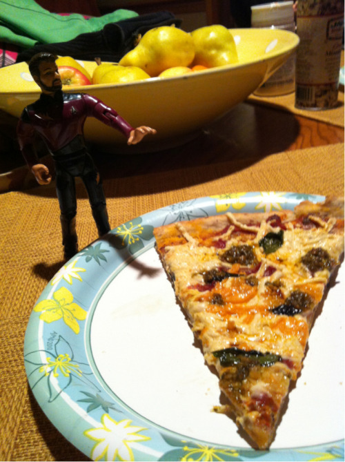 circuitsmaximus:  Riker approves of the pizza we made tonight  Omg, all food should require Riker approval from now on.   Not exactly food but it's Tequila Rose and cake vodka, so those calories will be adding up. Btw, I totally want dat pizza.