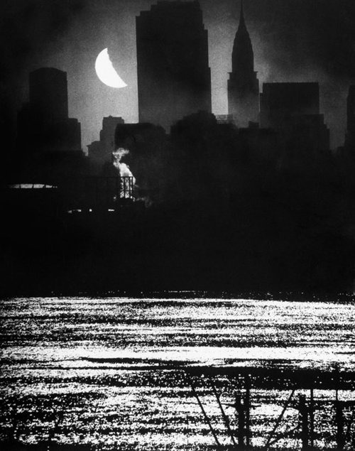 alisonwynn:  Moon River: Manhattan from the Hudson River, 1946 by Andrea Feininger