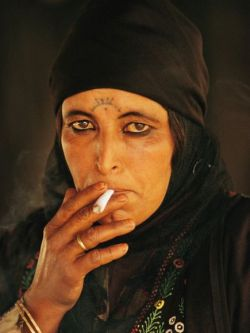 mideastcuts:  Bedouin Woman. Photo by Annie Griffiths