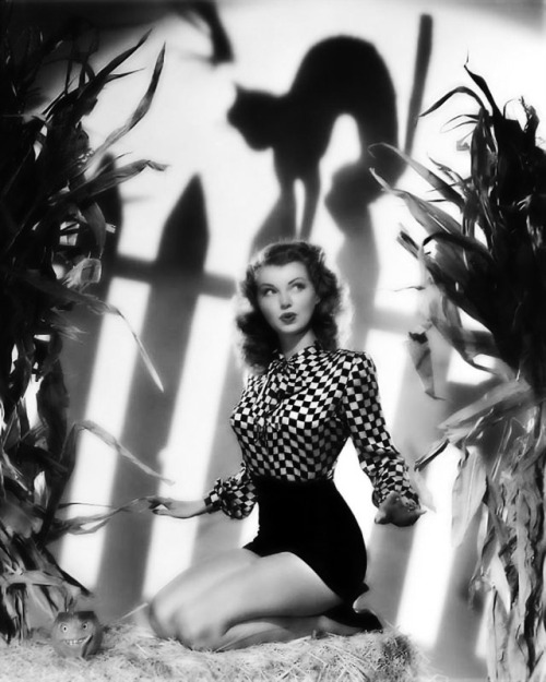 gravesandghouls:  Lillian Wells c. late 1940's