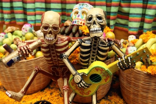 mexicanfoodporn:  Día de los Muertos.  La vida no es fácil, pero hay que apreciarla.  Life isn't easy, but we should appreciate it.