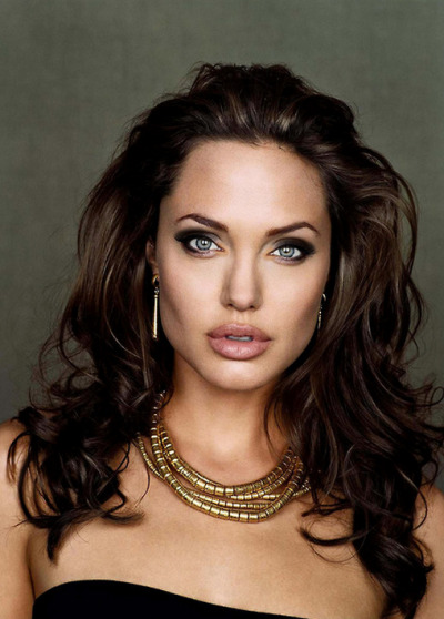 bluedogeyes:  Angelina Jolie  Look at Jolie