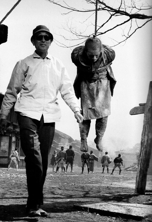Akira Kurosawa on the set of Yojimbo (1961) (via)