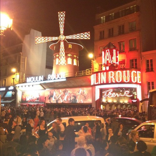 The queue (line, ligne) was down the block… 100€/per. (at Moulin Rouge)