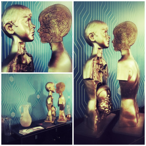 Modelo de anatomía en dorado. Visto en Design Hose / Design Week Mexico ___ Anatomy model in gold. Seen @ Design House / Design Week Mexico.