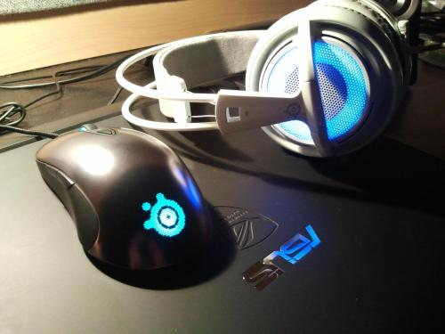 The Sensei and the Siberia V2 Frost Blue. Beautiful lights, by Jerry Frz. Buy SteelSeries Sensei. Buy Siberia V2 Frost Blue.