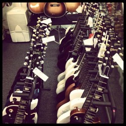 neonchiam:  I can only long for it #gibson  I especially love the white ones!