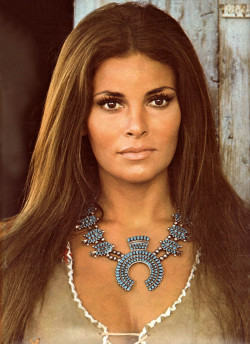 indypendent-thinking:   Raquel Welch 1973 (via Fashion-pictures. Style galleries from the 50s 60s 70s. Free pics of vintage clothing.)