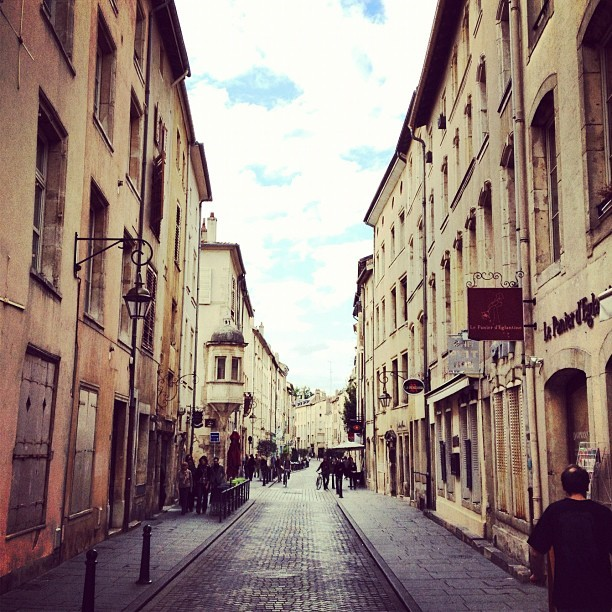 #france #frankreich #nancy #street #rue #ville #maisons #house #old #iphonedaily #instagreat #instagram #instagood #instababs #instahub (at Place de la Carrière)