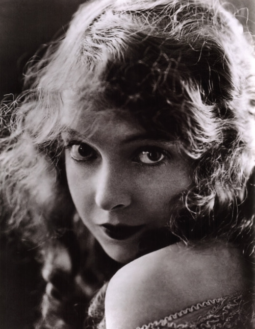 vintagechampagnefever:  The gorgeous bambi eyed Lillian Gish