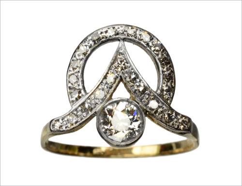 eriebasin:  1910s Art Nouveau / Art Deco Diamond Ring (in the online shop)  Very cool. Adding this to my new engagement ring head bank!