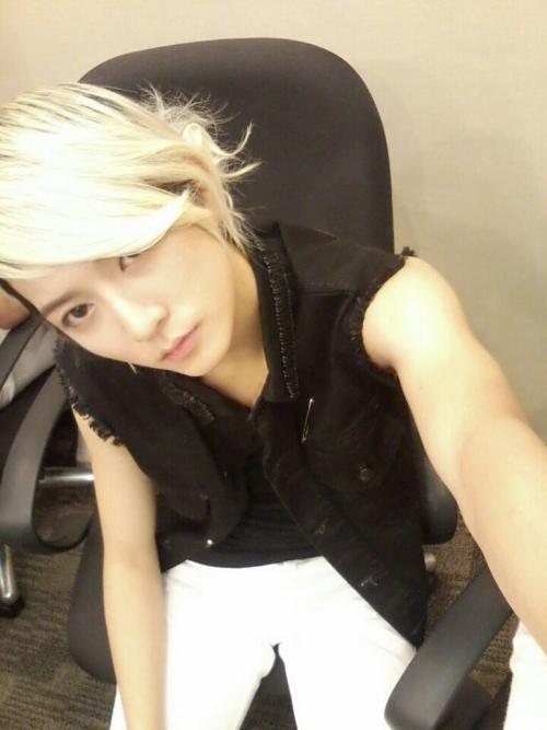 121026 TWITTER UPDATE Hello~This is NU'EST Ren. Everyone are doing well right? How about your health? Have you eaten? I miss you already..ㅜ I'm preparing for Singapore showcase now, and going up onstage for rehearsalㅎㅎ See you soonㅎㅎUntil that time, dont be sick bye bye trans @thenuest