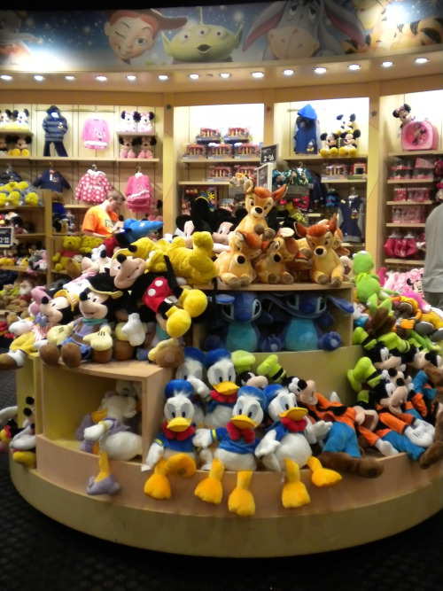 jaynellzfosho:  Photo: Disney Store! (Wayne, NJ)