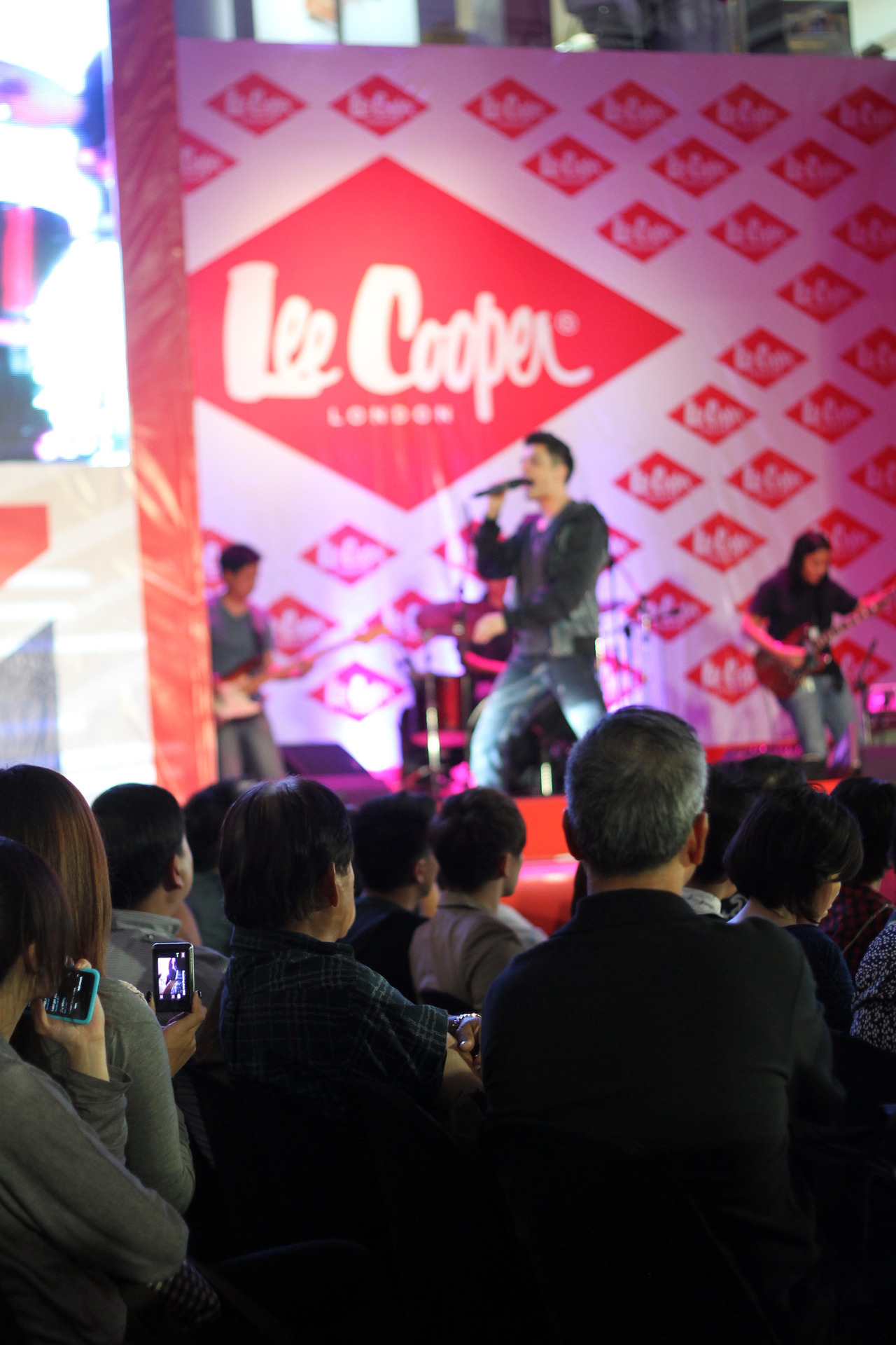 Guess the artist who performed yesterday at the Lee Cooper Philippine Fashion Week Show. :D