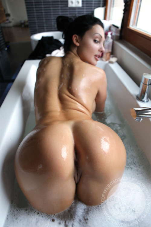 "giantape:  Aletta Ocean ""bubble bath"""
