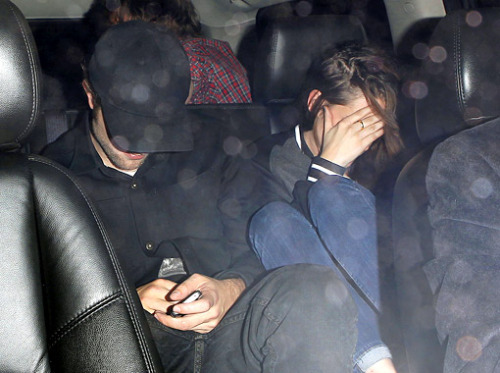 Eeeeeee — Robert Pattinson's baseball cap and Kristen Stewart's right hand are finally back together!!!
