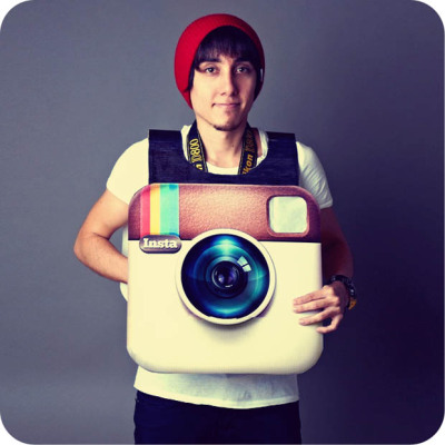 welovephoneography:  Eric Micotto wins at Halloween! His Instagram costume is functional! How? The Nikon D800 around his neck is linked to the iPad on his back via an Eye-Fi card and the ShutterSnitch app. That means he can shoot a photo through his costume and have it show up on his back.  An Instagram Costume That Takes Photos via PetaPixel