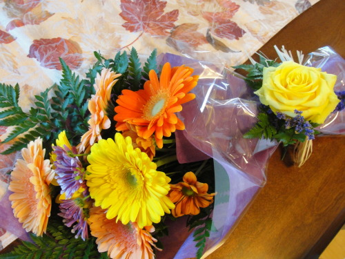 "Brian's ""just because"" fall bouquet pour moi! He went to a small florist and hand picked the flowers. He even had the guy make a little rose ""tie"" to hold them together at the bottom. As if I needed another reason to love him!"