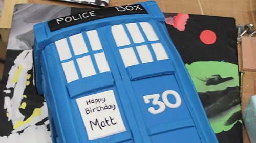 doctorwho:  Happy Birthday Matt Smith! professionallylunatic:  Matt Smiths birthday cake!!  Watch Matt's birthday video here.