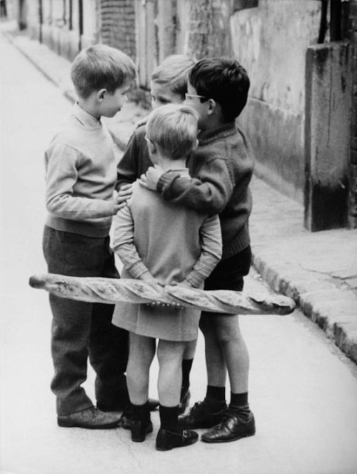 chromeus:  Meeting around a baguette, 1950 - R. Prunin