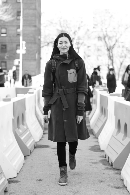 shuitsang:  Liu Wen so pro she make street construction path look like a runway.