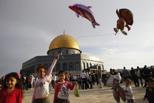 Palestinian girls hold balloons in front of the Dome of the Rock in Jerusalem's Old city, on the first day of Eid al-Adha October 26, 2012. REUTERS/Ammar Awad