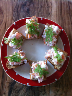 Salmon snack  2 pieces of roasted bread 4 sliced smoked salmon 1 tabelspoon hellmans mayonaise 1 small chopped red onion peber as you like and go