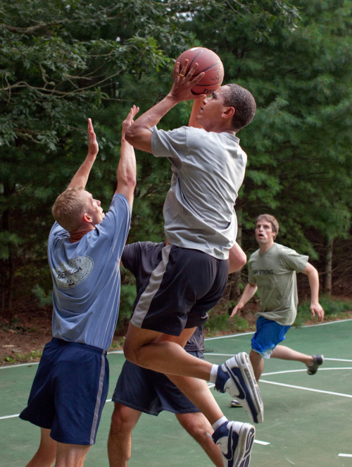 anotherdayintoronto:  whosolow:  Obama getting ready for the season..   gett ittt