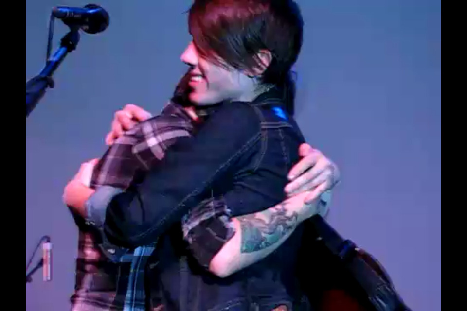 the-perfect-theory:  Tegan and Sara hugging. They are so damn cute