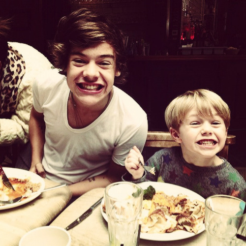 @tomandlux: Ben n Harry. Sunday dinner. Yes!