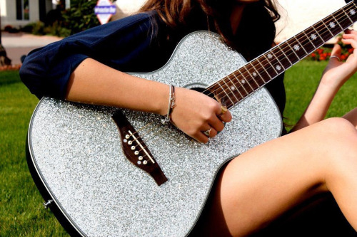 this guitar is sexy!!!! i want it !!!!!!! >_<