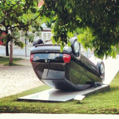 #car #upside #down #exposition #art #saopaulo #cinemateca #garden #instart #twegram #funny #sunday #instahub #trees (at Cinemateca Brasileira)