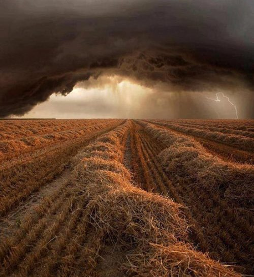 Time for scary weather photos, don't you think?  Here's one that was posted on Twitter by @emazinglights; location unmentioned.