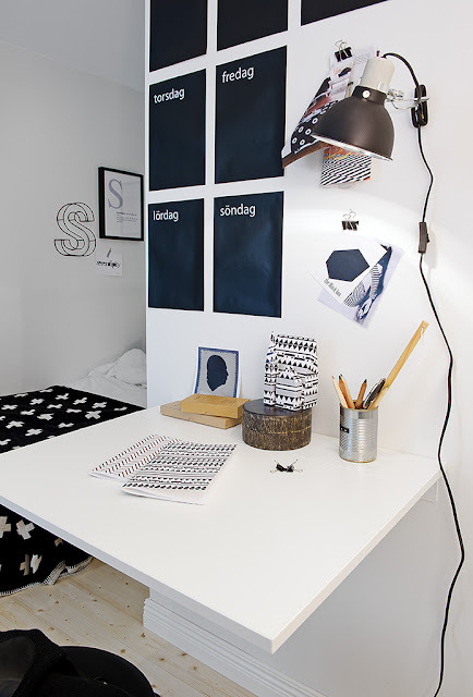 Source: La Maison d'Anna G Nifty little work desk :) Love the back & white theme.
