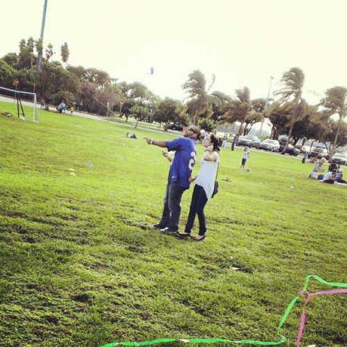 @ed_g_ar @luci_1226 trying to get that kite airborne. #park #Miami #sunny #kite