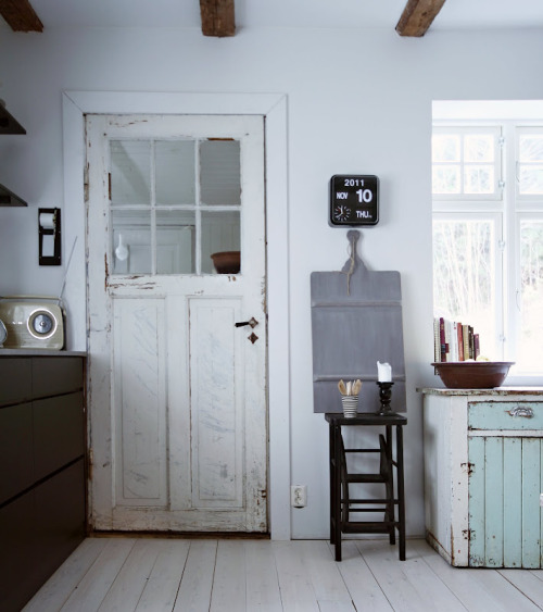 altertabt:  another great kitchen, love the rustic look, beautiful floors and glass paneled door, if the fake 'retro' bush radio was replaced by a real nice 70's tuner would be perfect!
