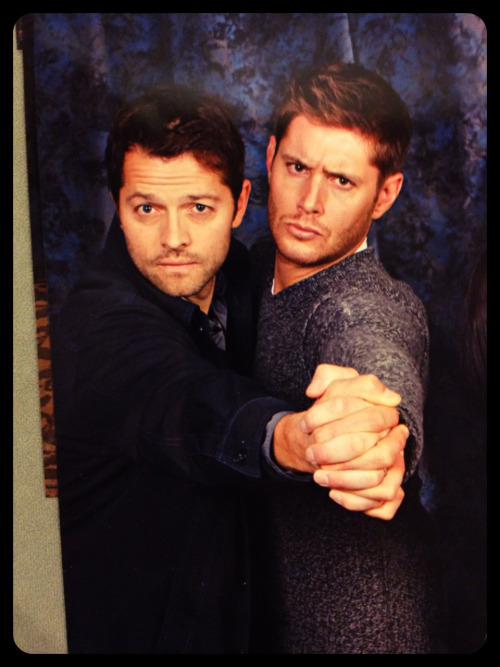 x-oskeleton:  Chicon just ended, and I don't remember exactly when I took this photo of a photo op print if they were alone or if there were other people in the picture because there's just too many photos of everything, but this is just too cute. If this photo belongs to someone here and you don't want it on, holler and I'll remove it in a jiffy! Cockles or Destiel fans, enjoy this while It lasts. You can't photoshop something like this; not with the fingers.