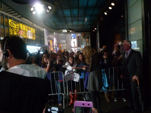 taylor stops for fans at GMA for her wonderstruck release
