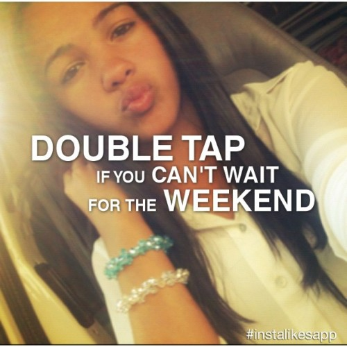 And yet… It's only Monday -.- #doubletap #weekend #cute #longhair #hair #brunette #bracelets #blue #white #shiny #pretty #girl #varela #viperpride