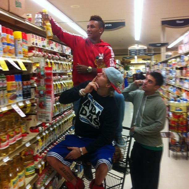 heavens2betsy:   brekshea20: @agudelo11 @spencrwadsworth #teamwork #foodshopping #family #youngmoney#hashtag #gettheoil @bwarshaw14 #photocredits   How cute are they?