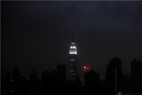 A blacked-out Manhattan skyline seen from Brooklyn (REUTERS/Gary He)